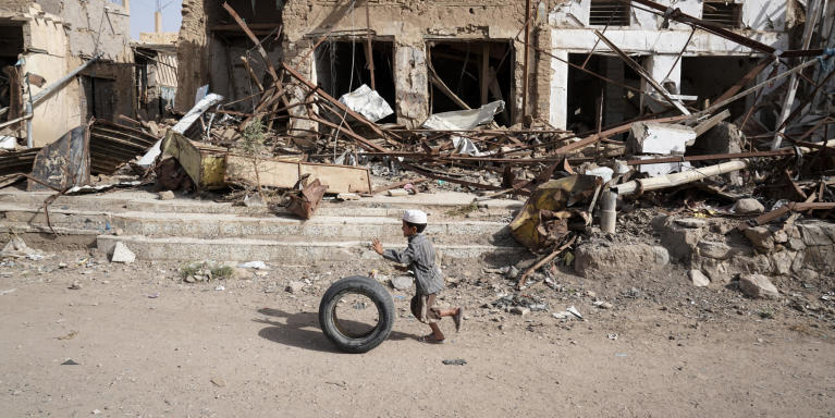 A young boy runs with his tyre past buildings damaged by airstrikes in Saada's Old Town. Up until August 2015, this area was home to Saada's oldest market with thousands of people selling vegetables, spices and fabrics in stores and street stalls. (Photo: Giles Clarke/UNOCHA)