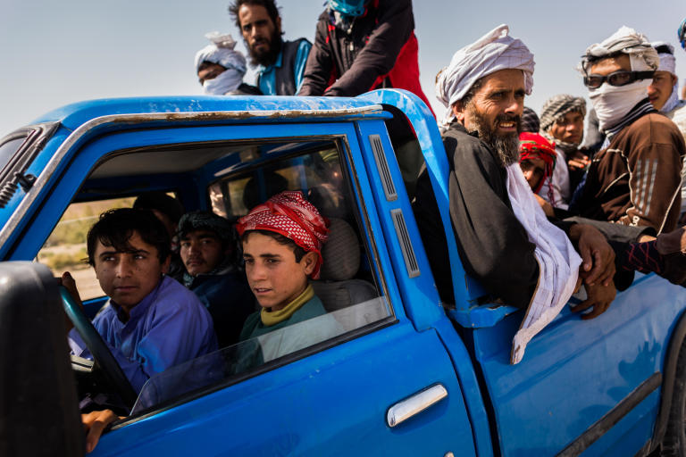 Boys no older than 13 from Helmand manoeuvre a pickup filled with refugees from Zaranj towards the lawless borderlands between Afghanistan, Pakistan and Iran.  Nimruz, September 2015  NRC/Jim Huylebroek